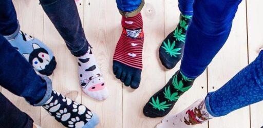 45 frases divertidas y originales para personalizar calcetines